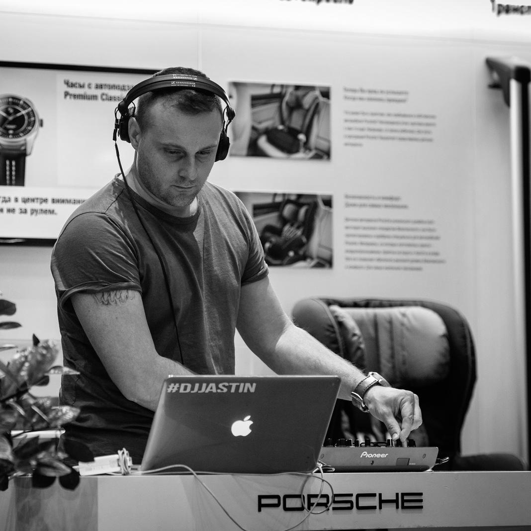 диджей на мероприятии компании Porsche